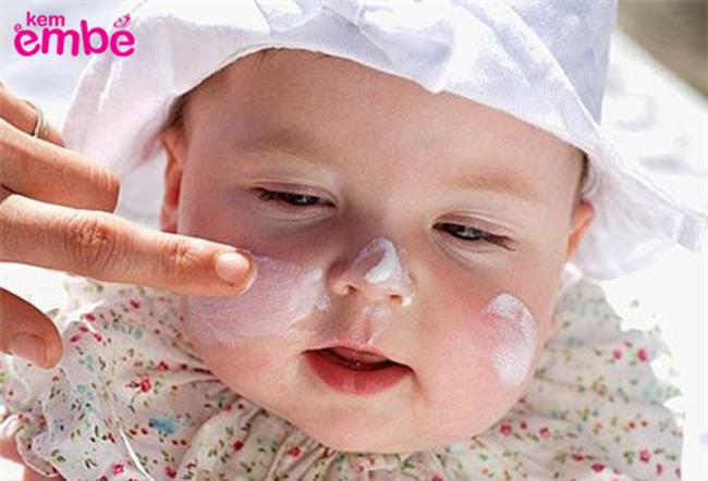 trẻ sơ sinh bị nẻ mặt