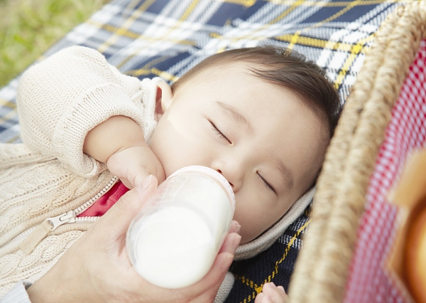 pha sữa cho bé