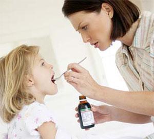 trẻ uống thuốc