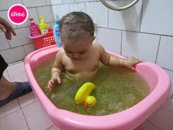 Trẻ tắm nước lá trị rôm sảy