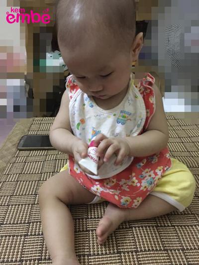 bé bị mẩn ngứa vì muỗi đốt