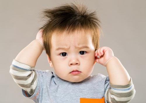 Trẻ bị ngứa khi bị viêm da cơ địa