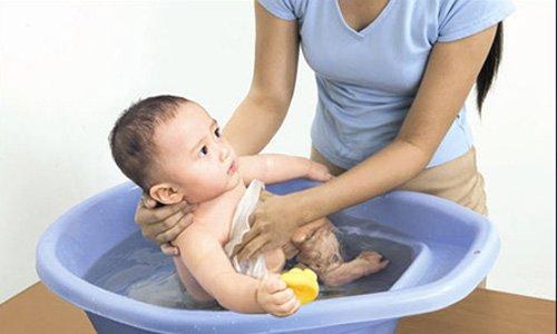 cách tắm khi trẻ sơ sinh bị viêm da cơ địa