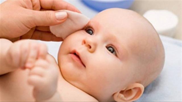 cách trị hăm cổ ở trẻ sơ sinh