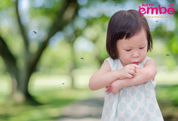 Biểu hiện của bé khi bị muỗi đốt