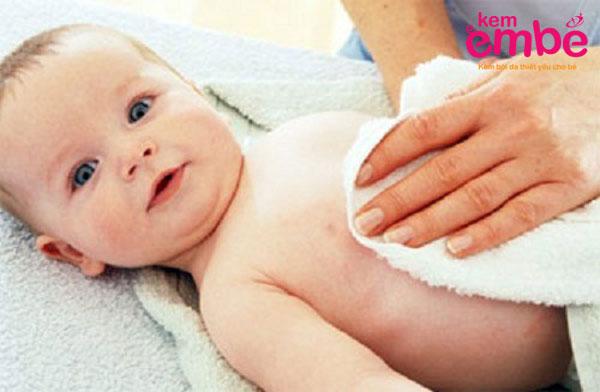 chườm khăn ướt điều trị viêm da ở trẻ 6 tháng tuổi