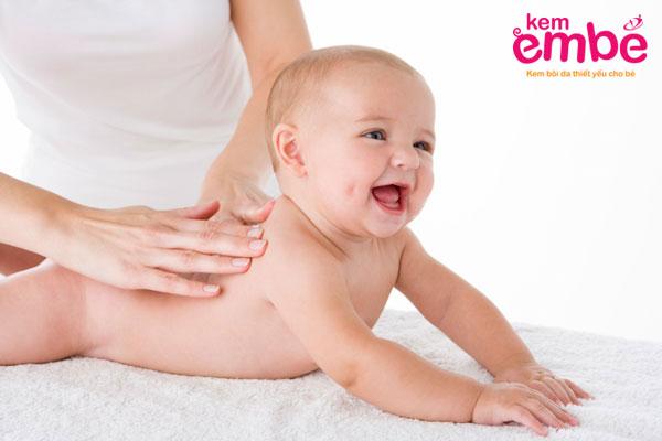 Nên lựa chọn kem dưỡng da em bé phù hợp với độ tuổi