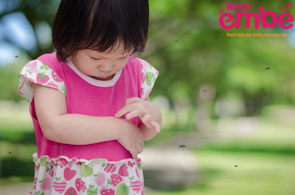 Thoa kem chống con trùng cho trẻ