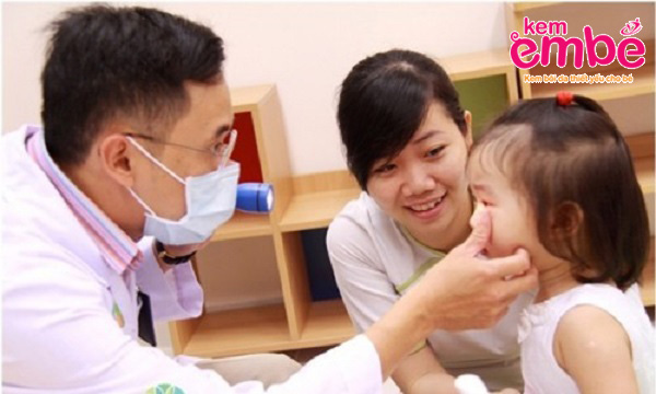 Bác sỹ thăm khám cho bé bị côn trùng đốt sưng mắt