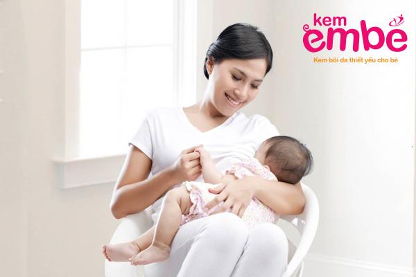 Sữa mẹ giảm sưng đau khi bé bị muỗi đốt