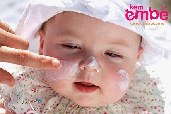 Mẹ nên thoa kem dưỡng ẩm thường xuyên cho bé