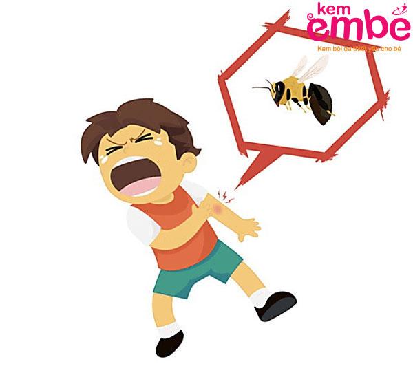 Vết ong cắn sưng to và đau nhức