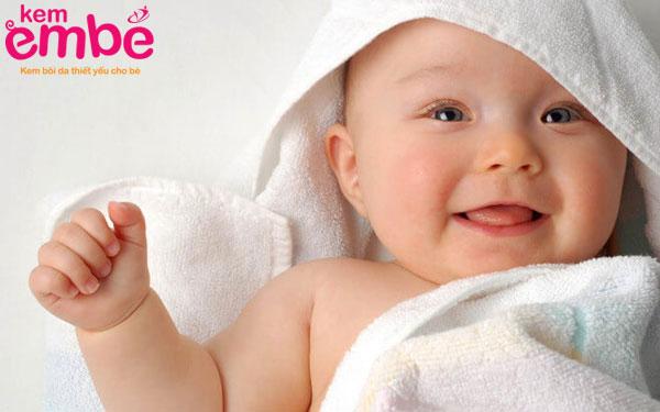 Lau khô người cho bé sau khi tắm giúp phòng tránh hăm tã