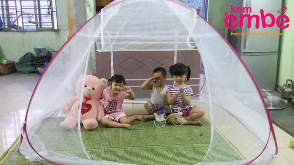 Mắc màn cho trẻ trước khi đi ngủ