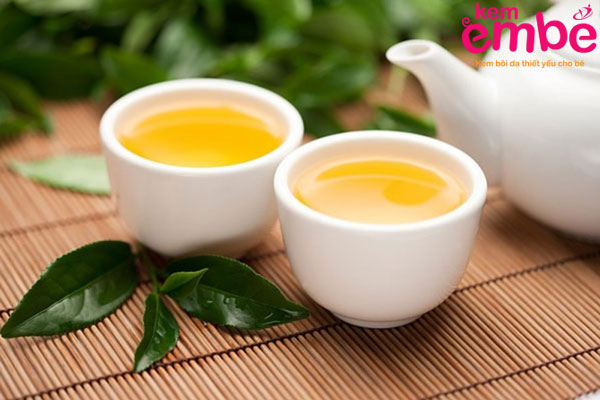Nước trà xanh làm dịu vết hăm tã