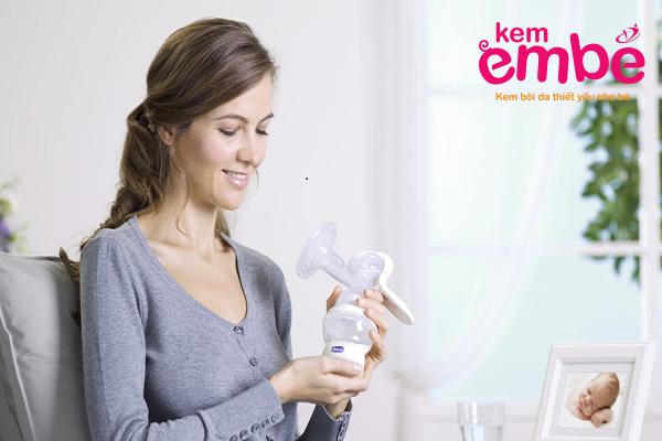 Trị muỗi đốt cho bé bằng sữa mẹ