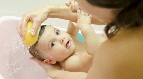 Cách chăm sóc trẻ bị viêm da dầu