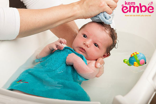 Cách tắm cho trẻ bị viêm da tiết bã