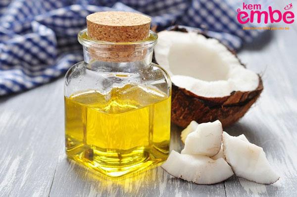 Dùng dầu dừa massge cho trẻ
