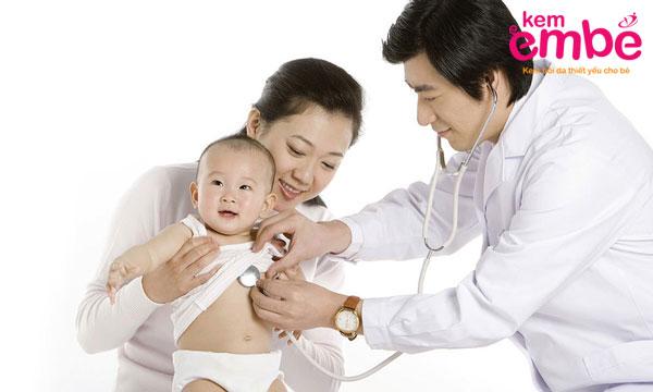Đưa trẻ đi khám bác sỹ khi thấy những dấu hiệu bất thường