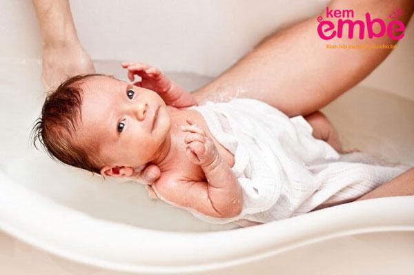 Tắm đúng cách giúp làm giảm tình trạng  viêm da ở trẻ