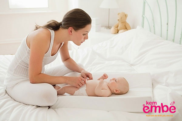 Thay tã thường xuyên 4h/lần cho trẻ
