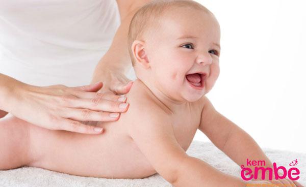 Nhẹ nhàng thoa sữa mẹ lên vùng da bị hăm