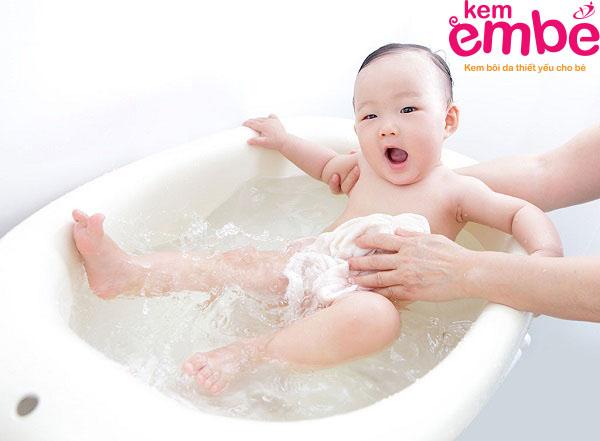 Trẻ sơ sinh bị rôm sảy ở lưng cần được tắm rửa sạch sẽ