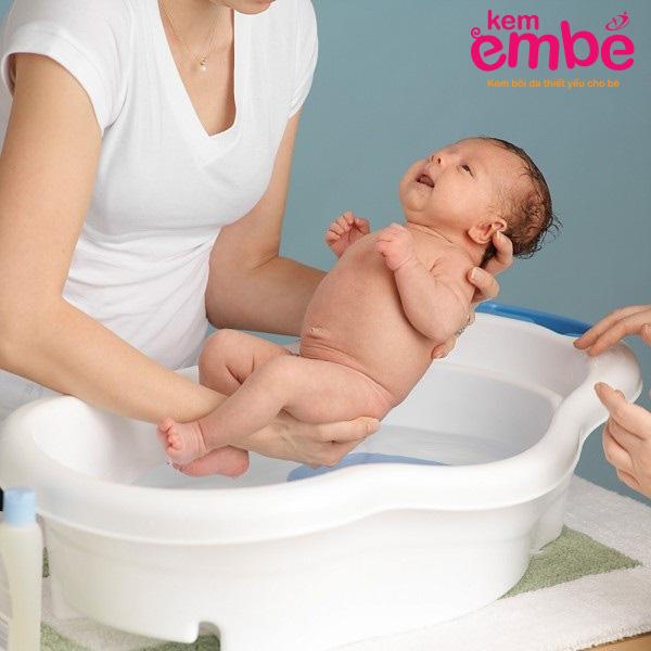 tắm rửa cho bé đúng cách để trị hăm tã