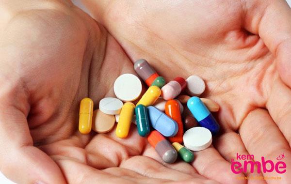 Điều trị hăm tã bằng thuốc theo chỉ định của bác sỹ