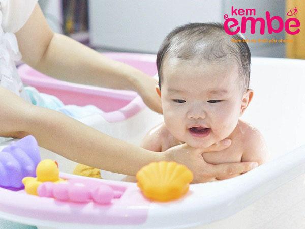 tắm cho bé để bé thoải mái hơn khi vị chàm sữa