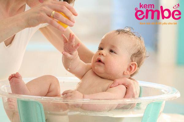 tắm cho em bé giúp chữa trị chàm sữa hiệu quả hơn