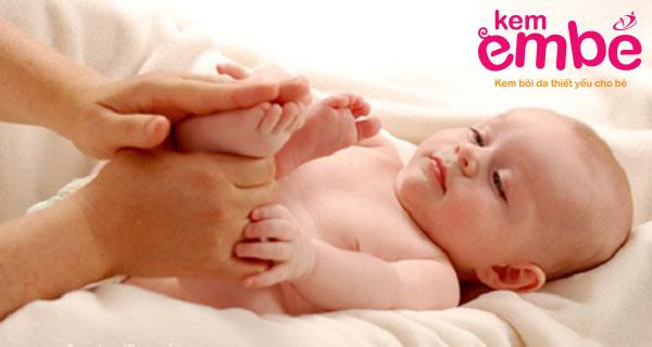 Massa chăm sóc cơ thể em bé