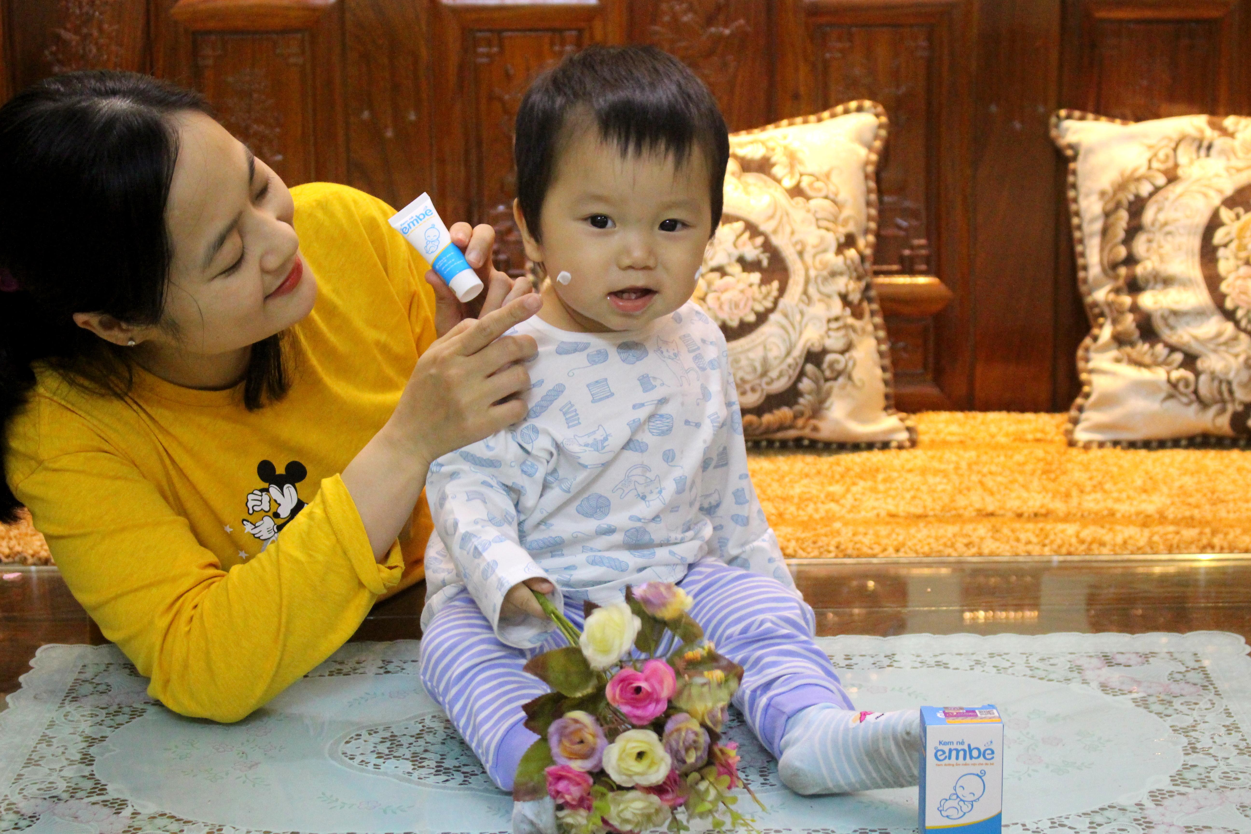 Mẹ Thu Trang dùng Kem Nẻ Em Bé cho con